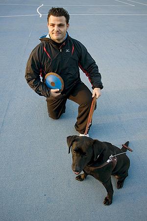 El atleta invidente David Casinos, abanderado en los Juegos Paralímpicos de Pekín. (Foto: EFE)