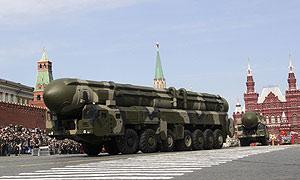 Un misil Topol-M ICBM, similar al probado hoy en rusia, desfila en la Plaza Roja de Moscú el pasado 9 de mayo. (Foto: AFP)