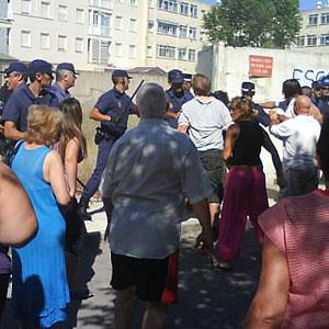 Los vecinos se han enfrentado a los agentes que han erspondido a golpes y empujones (Foto: El Mundo)