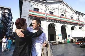 Una mujer da la bienvenida a Otegi en las calles de Elgoibar. (Foto: Iñaki Andrés)