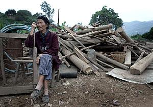 Una mujer de Panzhihua, junto a los escombros a los que ha quedado reducida su casa. (Foto: AP)
