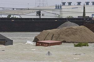 Un contenedor es arrastrado por el agua en el canal de navegación interior, o canal industrial en Nueva Orleans. (Foto: EFE)