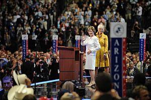 Laura Bush (izqda.) y Cindy McCain (dcha.), tras los discursos en el Xcel Energy Center de Minnesota. (Foto: AFP)