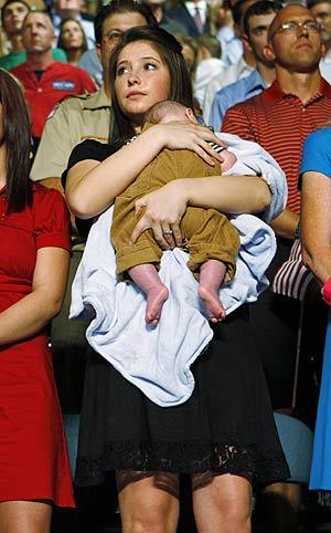 Bristol Palin, la hija de Sarah Palin, con su hermano Trig en la presentación de su madre en Dayton. (Foto: REUTERS)