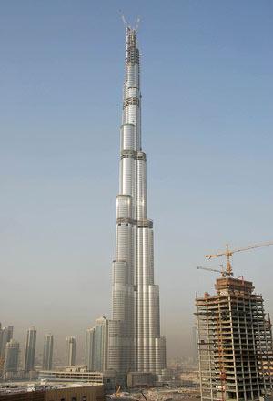 Imagen de las obras de la torremás alta del mundo, en la ciudad de Dubai. (FOTO: REUTERS)