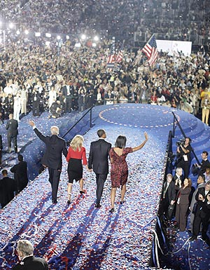 El candidato demócrata, Barack Obama, su mujer Michelle, su 'número dos', Joseph Biden y su mujer, Jill, tras el discurso de Obama en la Convención de Denver. (Foto: AFP)