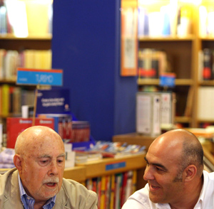 El escritor Raúl Guerra (I) y el fotógrafo Eduardo Margareto presentan la publicación de una edición especial ilustrada del libro 'Castilla en canal'. (Foto: ICAL)