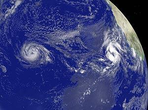 Imagen satelital de las tormentas tropicales 'Ike' (izquierda) y 'Josephine' (derecha). (Foto: AFP)
