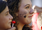 Una 'fan' aguarda la llegada del 'Duque'. (Foto: A. Di Lolli)
