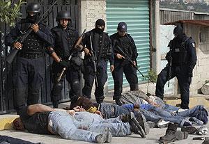 Secuestradores capturados por la policía mexicana tras una espectacular redada. (Foto: AP)
