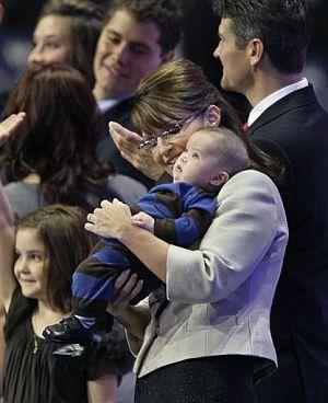 Palin, al final de su discurso, coge en brazos a su hijo pequeño, Trig, de cuatro meses. (Foto: AP)