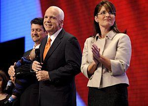El 'ticket' republicano, tras el discurso de la candidata a vicepresidenta. (Foto: EFE)