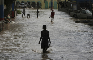 Un grupo de haitianos caminan por las calles inundadas del país (Foto: AP).