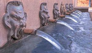 Fuente de los siete caños, uno de los referentes turísticos de un municipio donde las aguas andan revueltas con el párroco.