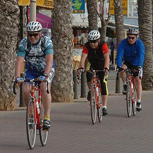 Unos ciclistas pasean por Palma (Foto: Cati Cladera)