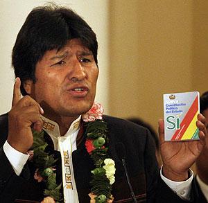 Morales muestra una copia de la Constitución durante un acto en La Paz. (Foto: AP)