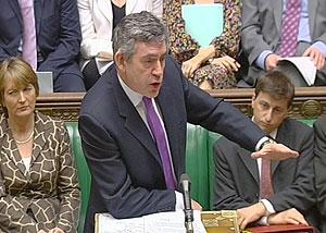 El primer ministro británico, Gordon Brown, se dirige a los parlamentarios.
