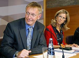 El comisario europeo de Ciencia e Investigación, Janez Potoènik, y la ministra Cristina Garmendia, durante la jornada del Día Europeo de Investigación sobre el agua en la Expo. (Foto: EFE)