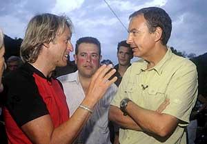 Zapatero, con Jesús Calleja, en el programa 'Desafío Extremo'. (Foto: EFE)