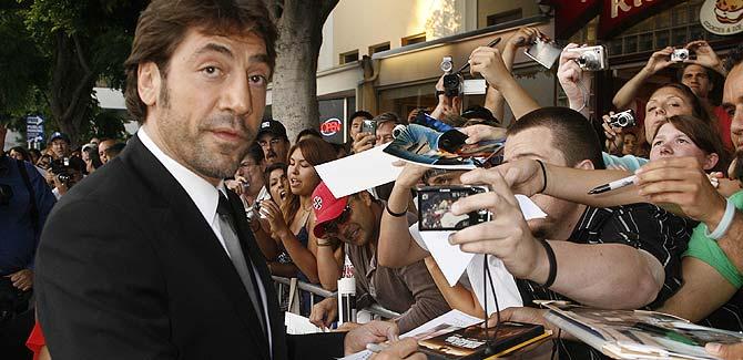 Javier Bardem firmando autógrafos en Los Ángeles. (Foto: REUTERS)