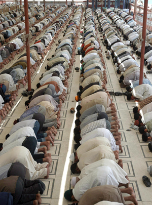 Hombres pakistanís rezan en el primer viernes del Ramadán en una mezquita. (Foto: EFE)