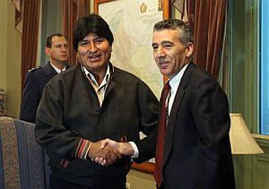 Evo Morales estrecha la mano del embajador de EEUU en una imagen de 2007, eran otros tiempos. (Foto: AP)