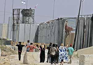 Varios activistas, incluida la cuñada de Blair, intentan acercarse al paso fronterizo de Erez. (Foto: AP)