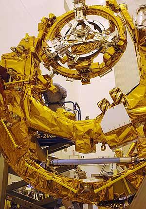 Técnicos dando los últimos retoques a las herramientas que usarán para la reparación de 'Hubble' (Foto:AFP)