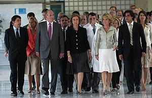 La presidenta de la Comunidad ha acompañado a los reyes en la inauguración. (Foto: EFE)