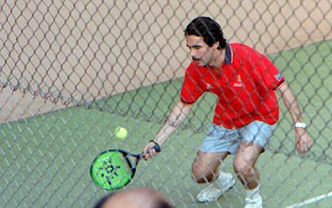 Aznar juega al padel en esta imagen de 1996. (Foto: EFE)