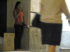 Prostitucion en la calle Gran Via, en Madrid. (Foto: Jaime Villanueva/Carlos Alba)