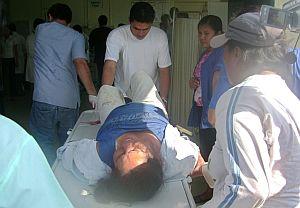Ciudadanos heridos llegan al hospital de Cobija, capital del departamento de Pando (Bolivia). (Foto: EFE)