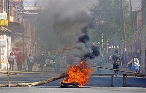 Un grupo de manifestantes bloquean una calle de Tarija (Bolivia), en el marco de la ola de violencia. (Foto: EFE)