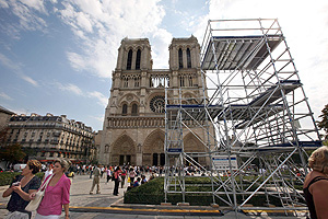 Algunos turistas frente a la catedral de Notre-Dame de Paris donde el Papa se dirigirá a los jóvenes este viernes. (Foto: AFP)