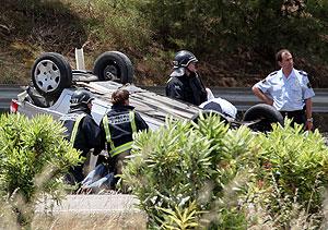 Un coche volcado tras saltarse la mediana en la autopista de Inca (Foto: El Mundo)