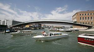 El puente de Calatrava, sobre el Gran Canal de Venecia. (Foto: REUTERS)