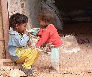 Un niño indio come en la calle mientra otro mira. (Foto: Eva González)