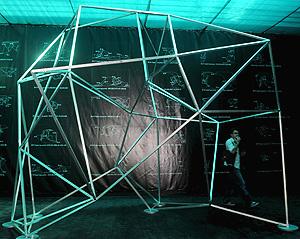 Instalación generativa arquitectónica del equipo húngaro dubleNegatives. (Foto: EFE)