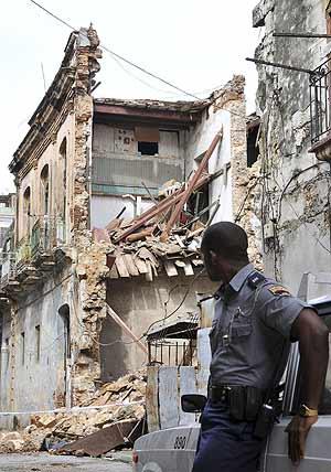 Un policía custodia una casa derrumbada en La Habana. (Foto: EFE)