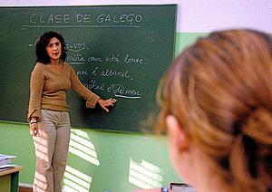 Una profesora durante la clase de gallego. (Foto: CÉSAR SÁNCHEZ)