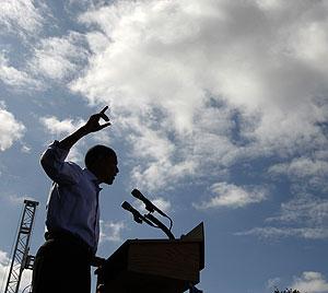 Obama se dirige a la audiencia durante un acto en Manchester, New Hampshire. (Foto: AP)