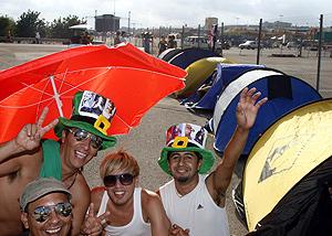 Fans de Madonna acampados en Cheste desde el martes (Foto: VICENT BOSCH).
