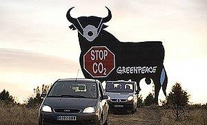 Un toro de Osborne ubicado en la A-1 de Madrid, al que activistas de Greenpeace pusieron una mascarilla para protestar contra las emisiones. (Foto: Greenpeace)