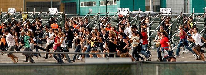 Miles de fans entran corriendo al recinto del circuito para el concierto de Madonna. (Foto: EFE) [Más fotos]