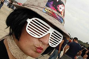 Una fan de Madonna, esperando el comienzo del concierto. (Foto: Vicent Bosch)
