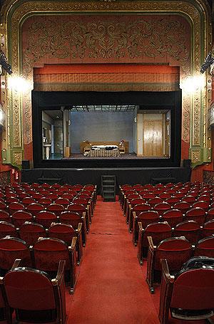 Vista del escenario desde el patio de butacas del Teatro Lara. (Sergio González)