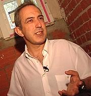 Adolfo Sancho durante la visita al 'chalé ruina'.