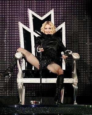 Madonna, 'entronizada' al salir al escenario en Valencia. (Foto: EFE)