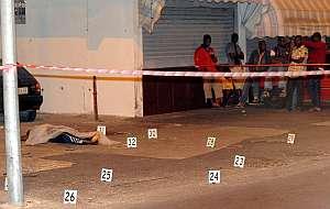Un grupo de inmigrantes contempla la escena del crimen. (Foto: EFE)