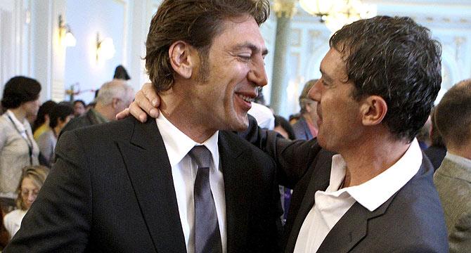 El actor recibe la felicitación de Antonio Banderas. (Foto: EFE)